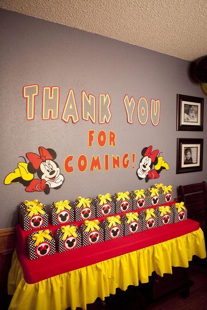 mesa de lembrancinhas decorada em festa do Mickey