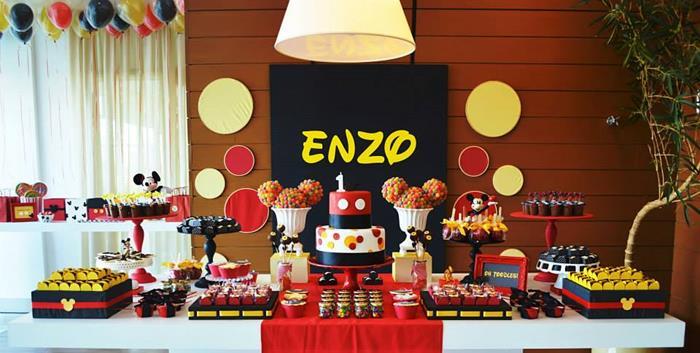 Mesa de festa de aniversário decorada com o personagem Mickey Mouse