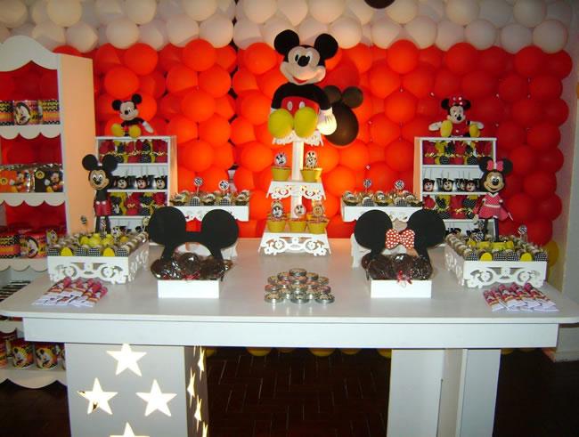 Decoração do Mickey para festa, com painel de balões decorativos