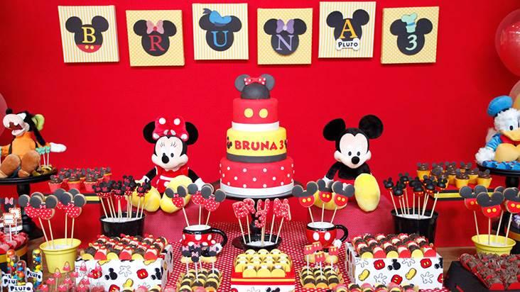 Festa de aniversário decorada com Mickey e Minnie