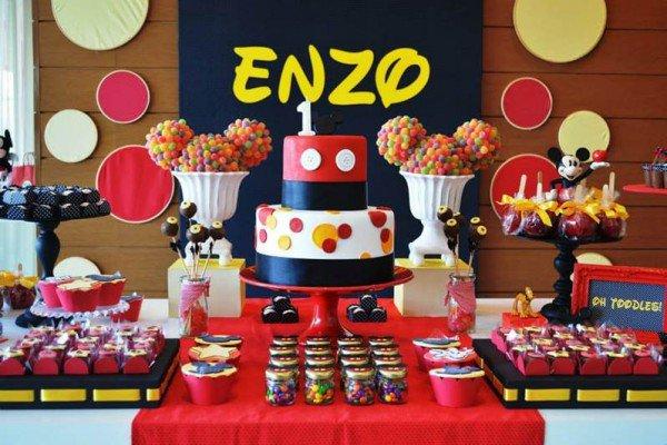 Mesa produzida e decorada para festa de aniversário do Mickey