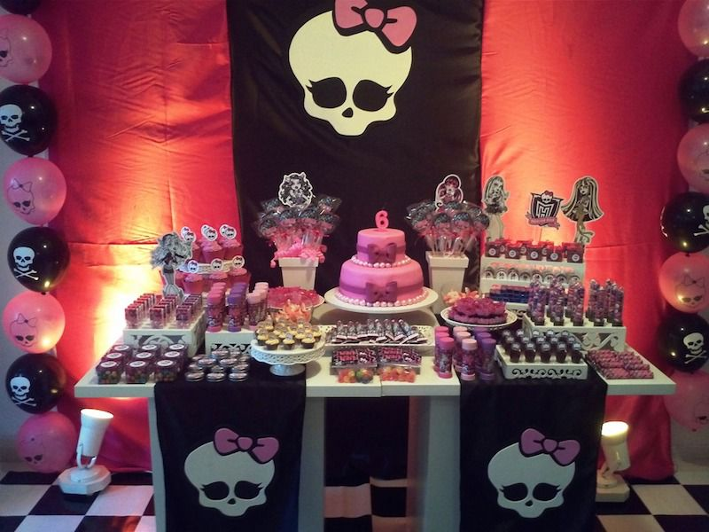 Mesa decorada da Monster High com muitos docinhos de festa