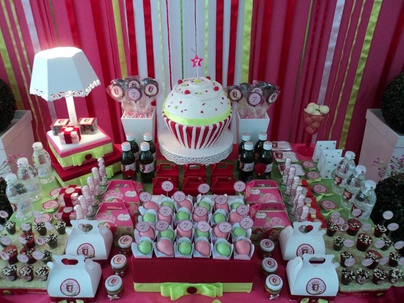 Festa de aniversário com bolo personalizado da Moranguinho