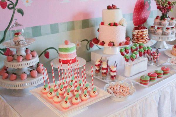 Festa de aniversário da Moranguinho com bolo branco