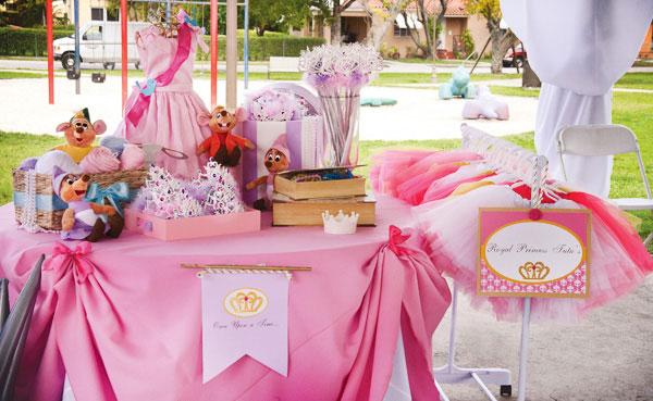 festa decorada ao ar livre de princesas