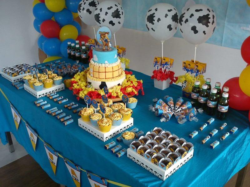 Mesa decorada de Toy Story para festa infantil