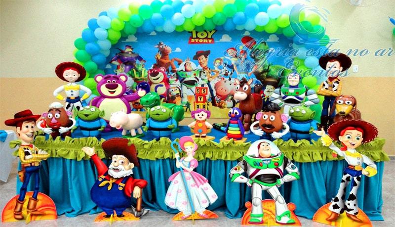 Decoração de desta infantil com os personagens de Toy Story