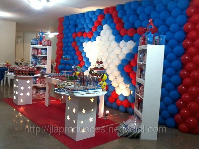 Festa decorada com painel de balões dos vingadores
