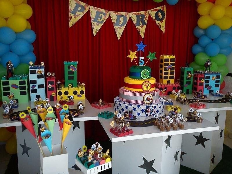 Mesa de anoversário decorada com vingadores