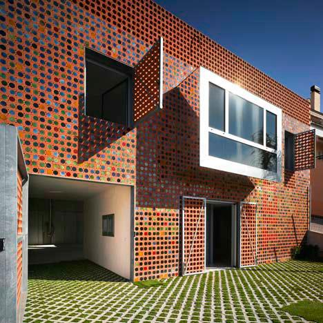fachada de casa decorada com mosaico cerâmico