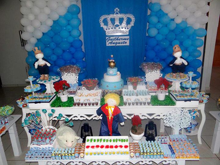 Mesa do pequeno príncipe decorada com móveis e docinhos