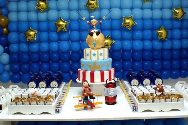 Linda decoração de aniversário com painel de balões do Pequeno príncipe