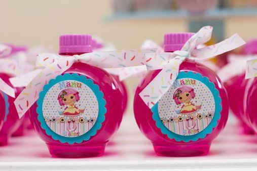 vidrinhos de balinhas de lembrancinha decorados de festa infantil