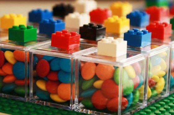 lembrancinha de aniversário - caixinha de acrílico com MMs decorada com Lego
