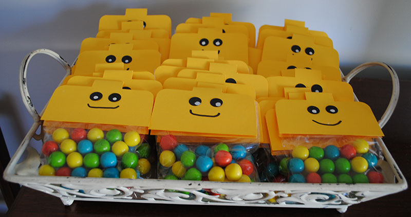 Saquinhos de ala decorados da Lego de lembrancinha de aniversária