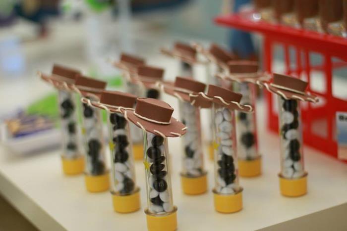 Potinhos de bala de lembrancinha de festa de Toy Story