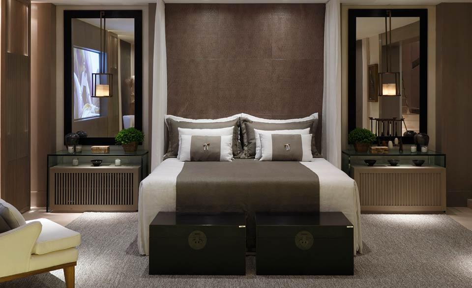 Textura de couro marrom em parede de quarto de casal