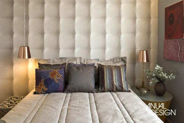 Textura de estofado de couro em parede de quarto de casal