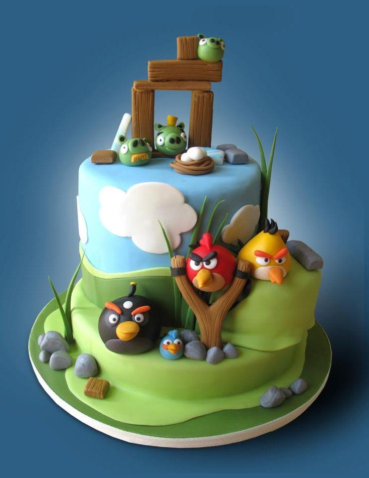 O cenário dos jogos de Angry Birds é reproduzido nesse lindo bolo