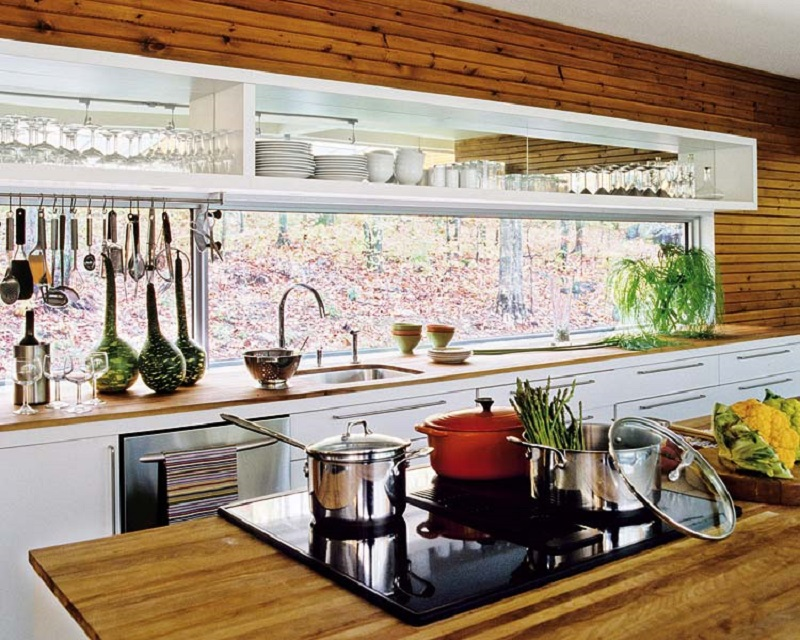 Cozinha decorada em madeira com janela em fita