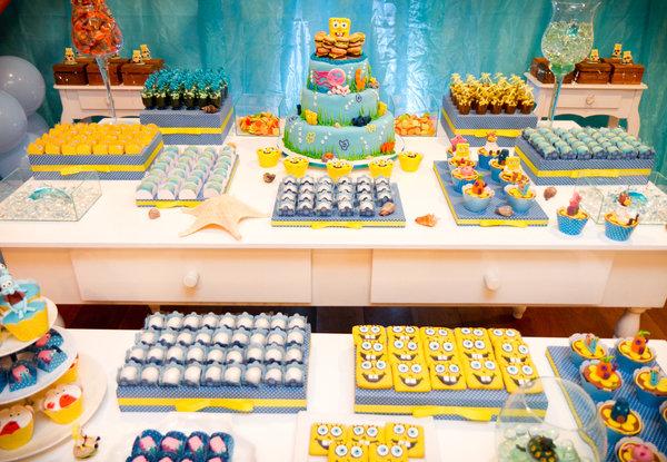 mesa decorada com docinhos spongebob