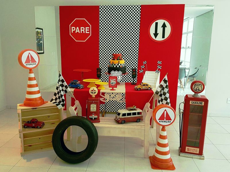 Decoração de aniversário automotivo com madeira e itens de decoração