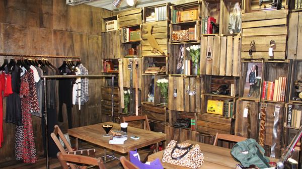 Decoração de loja com caixotes de madeira