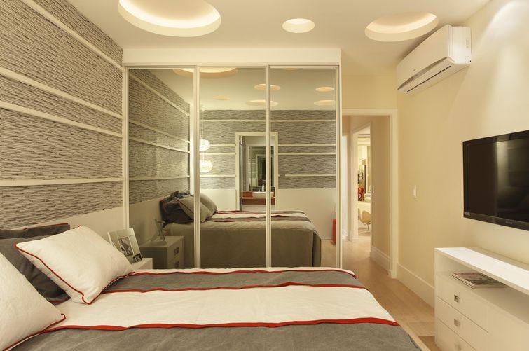 Decoração de quarto de solteiro com roupeiro espelhado
