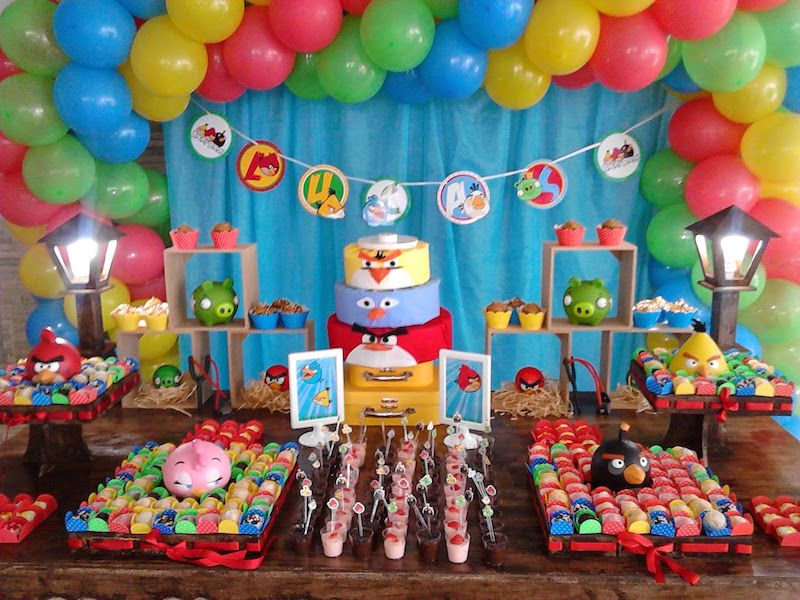 Mesa decorada temática de angry birds para festa de aniversário