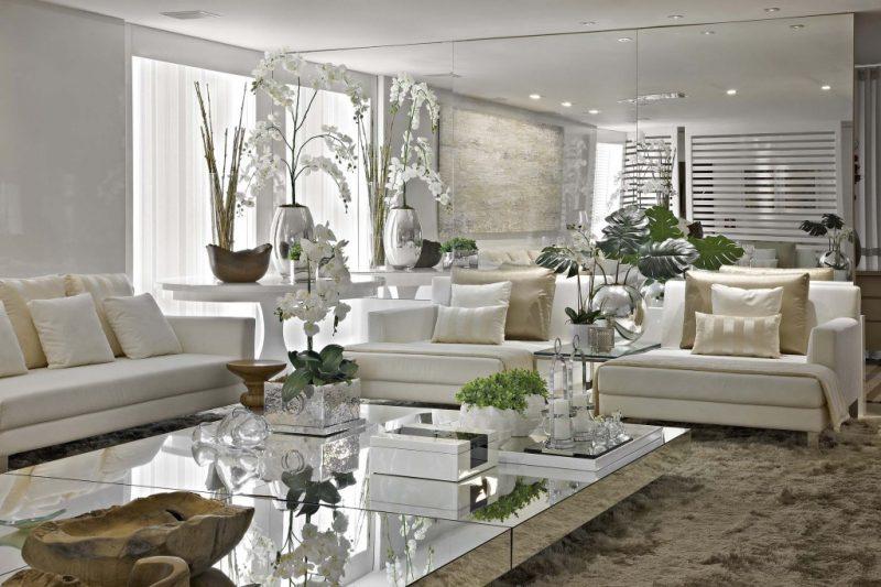 Grandes espelhos na sala de estar