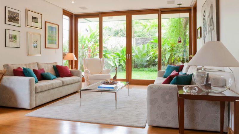 Grande plano de janela ajuda a ampliar a sensação de espaço do ambiente