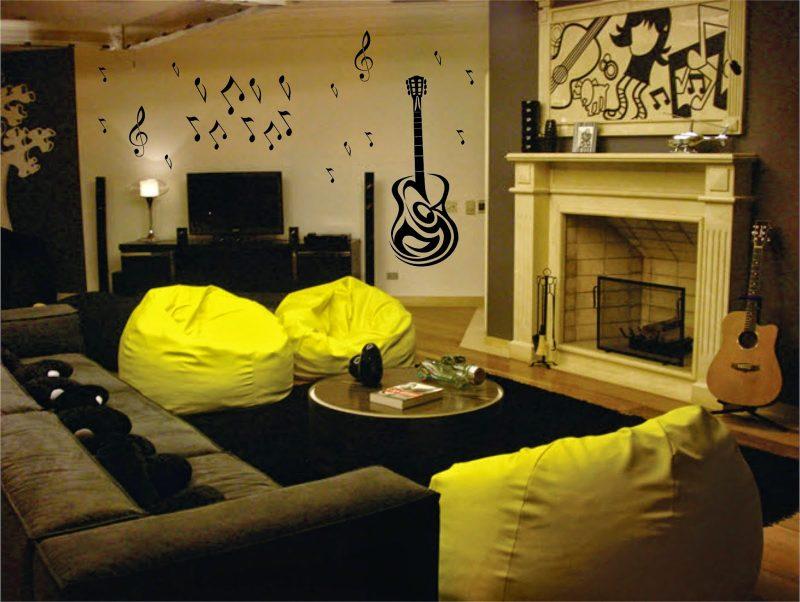 decoração de sala de estar com cores escuras e puffs amarelos