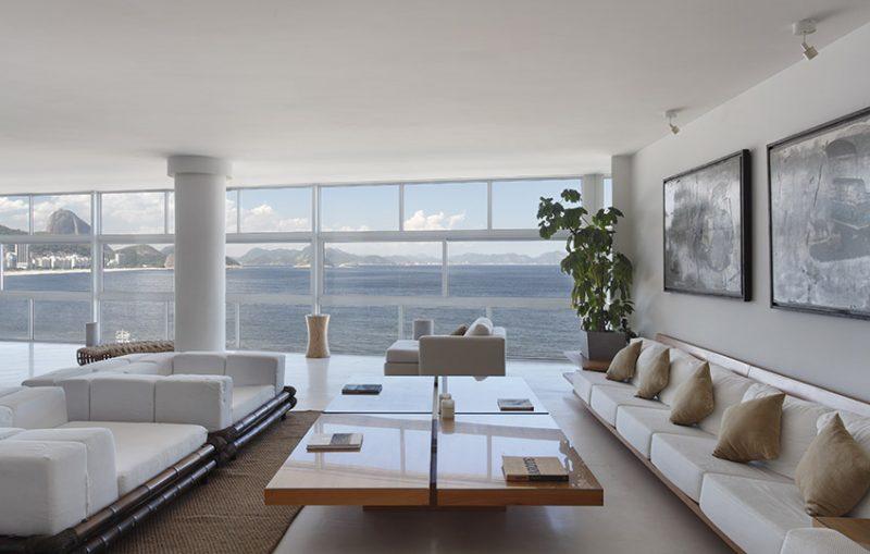 Janela grande em apartamento residencial dá vista infinita para paisagem