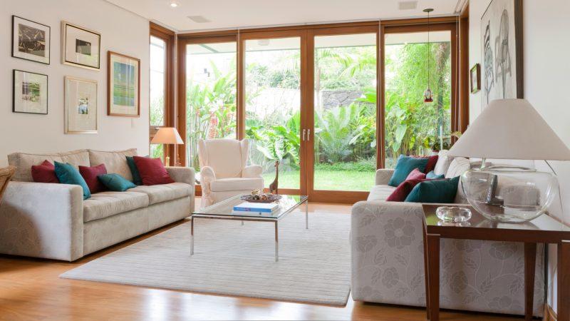 Sala de estar com amplas esquadrias