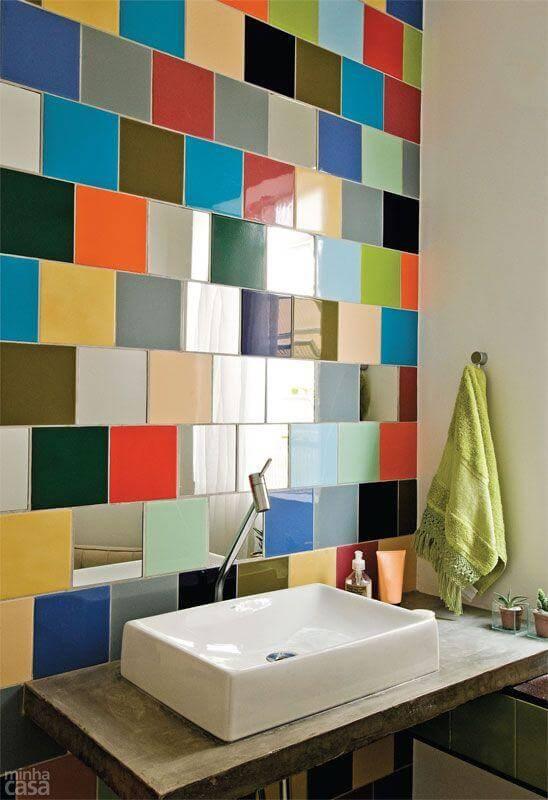 Revestimento de azulejos coloridos em parede do banehiro