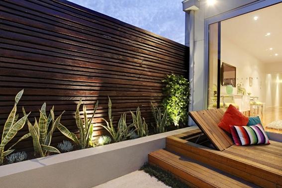 Cerca de madeira e deck móvel na decoração de jardim residencial
