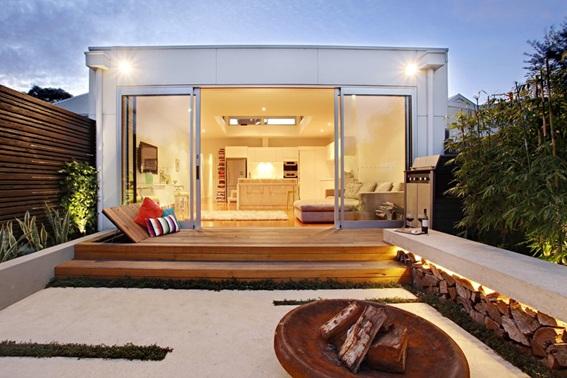 Fachada da casa moderna com grandes vãos de vidro