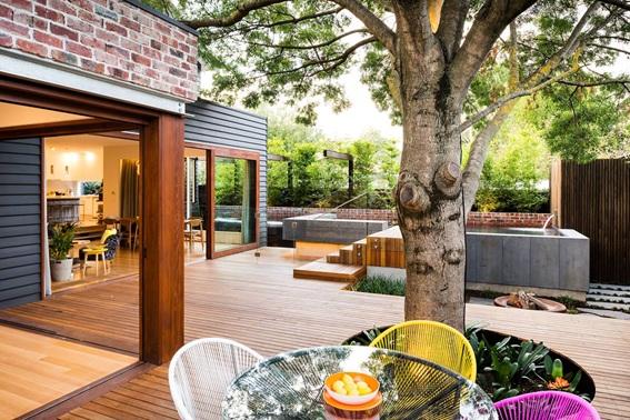 Jardim amplo recoberto com deck de madeira