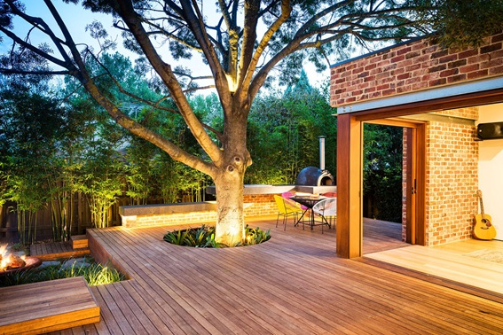 Deck com vazado para crescimento de árvore