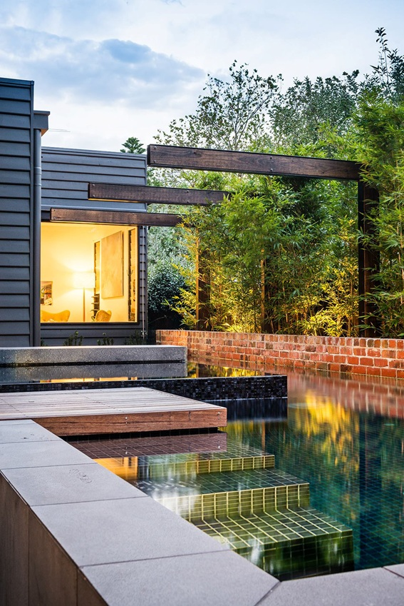 Espelho d'água em jardim residencial