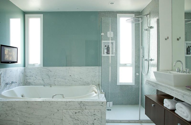 Banheiro moderno decorado usando tom pastel de verde