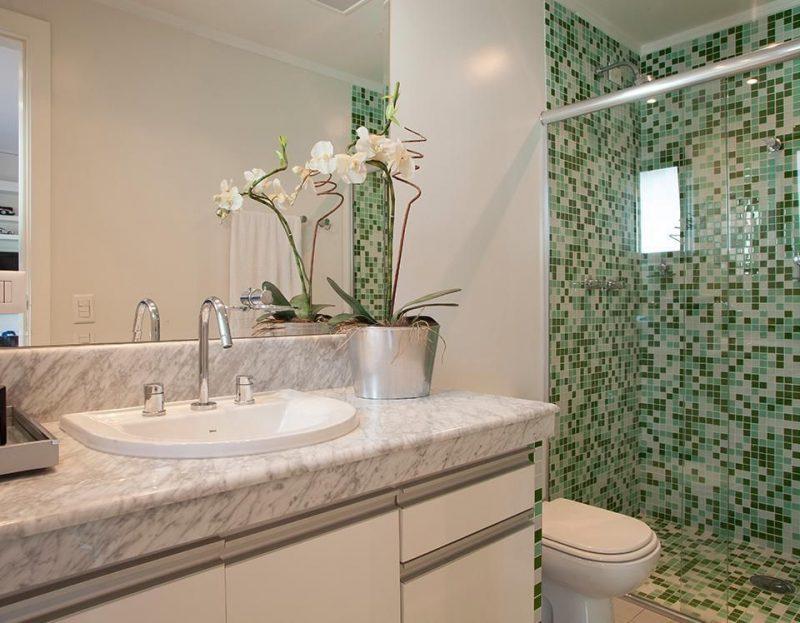 Banheiro revestido com pastilhas verdes