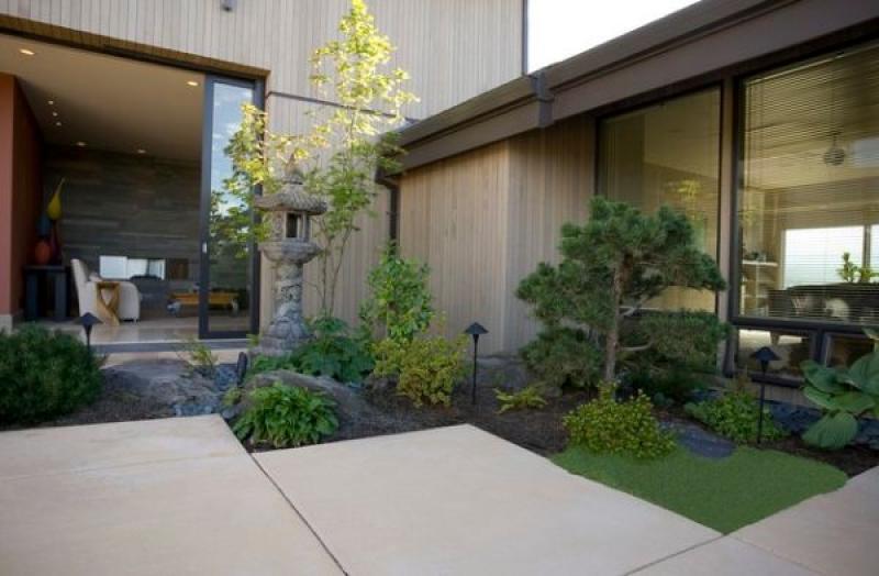 Jardim externo contíguo à calçada