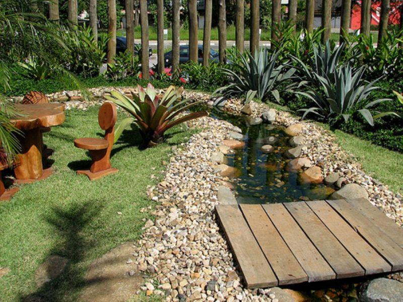 Jardim de pedras com curso dágua artificial