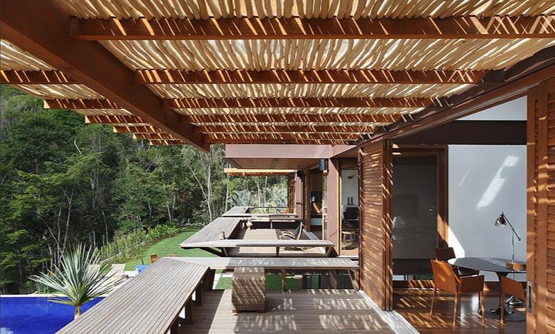 Varanda contemporânea integrada à paisagem