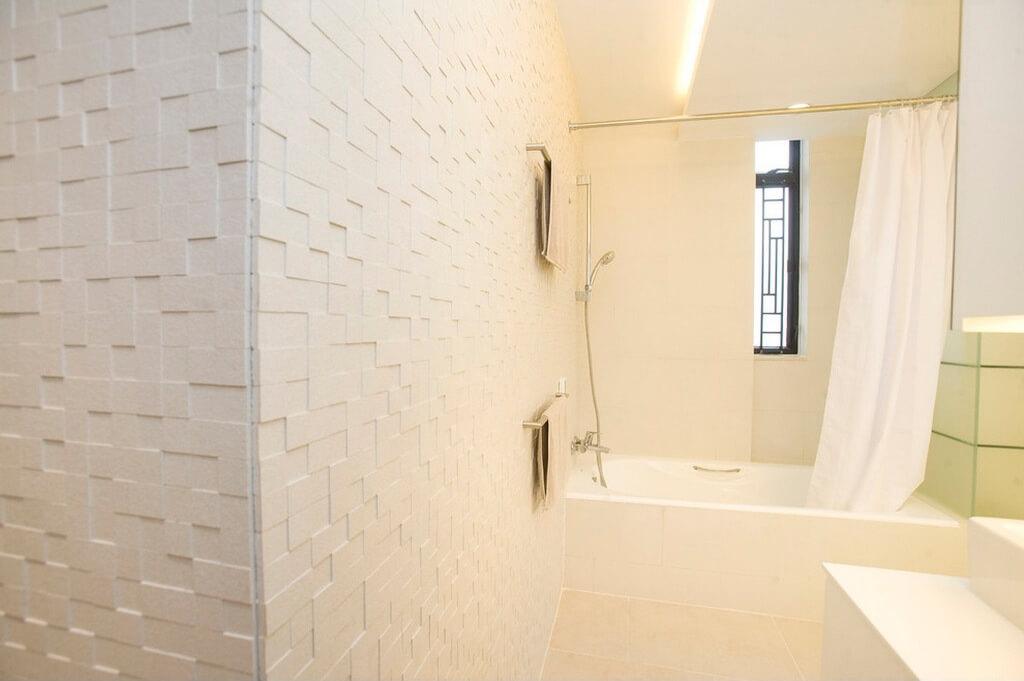 Banheiro revestido com mosaico de mármore