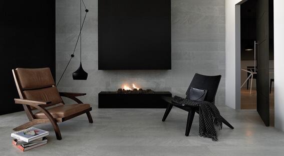Sala de estar e revestimento de placas de basalto em parede e no chão