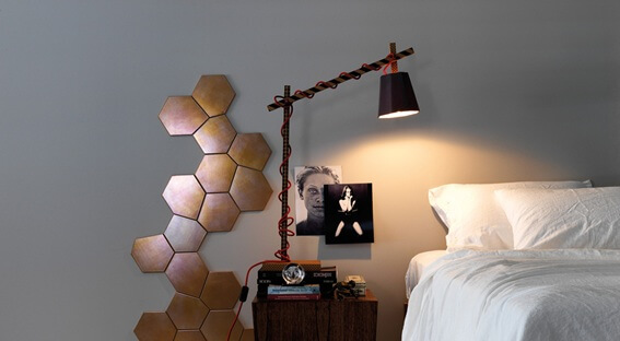Revestimento decorativo de partilhas de bronze irregulares em quarto de casal