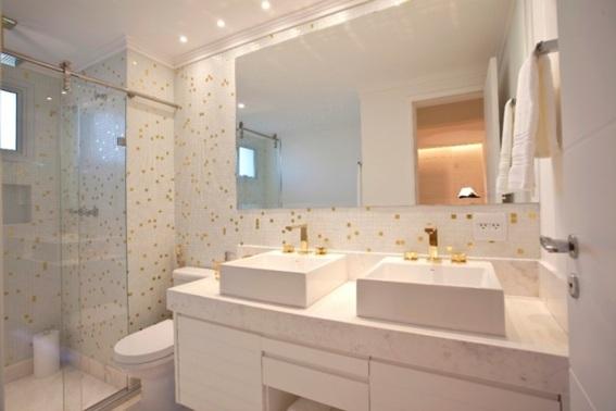 Banheiro pequeno com espelho sem borda e 2 cubas