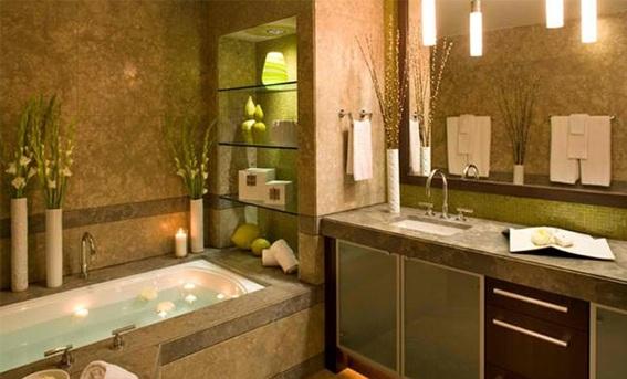 Banheiro pequeno com jacuzzi